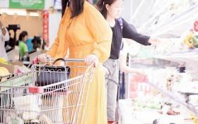 李湘终于又瘦回来了!在超市逛街被偶遇,鹅黄色连衣裙瘦身明显
