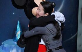 刘亦菲素颜拥抱米奇童心满满 刘亦菲干爹是谁