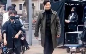 黄晓明新剧《危机先生》路透照曝光 路人镜头下五五分身材略显发福