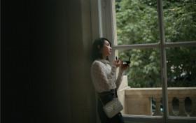 宋茜现身巴黎 优雅黑白造型诠释古典画报风