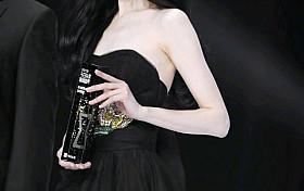 郑爽身着黑色抹胸纱裙,颜值回归!
