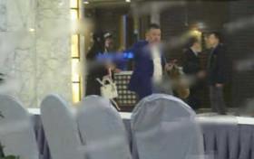 马蓉疑与中年男子酒店开房 男子肥头大耳手挽手似热恋
