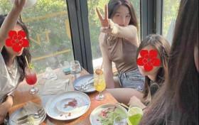 王菲女儿李嫣与闺蜜聚会 穿着性感气质不输王菲