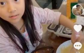 李小璐带甜馨做鲷鱼烧 甜馨手拿搅拌器超熟练味道不错
