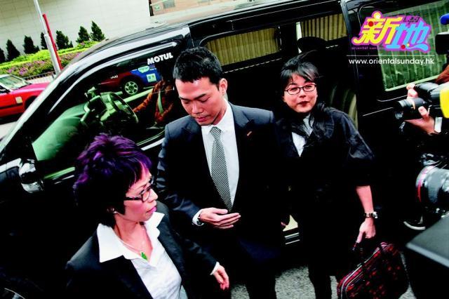 出庭当日,获贤妻Tina陪伴在侧,夫妻共度难关。