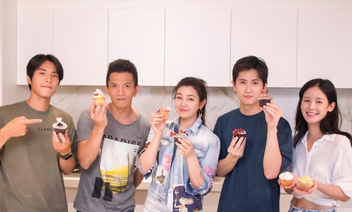 唐振刚(左起)、黄尚禾、陈妍希、石知田、袁子芸七夕前夕一起做蛋糕。 (祖与占影像制作提供)