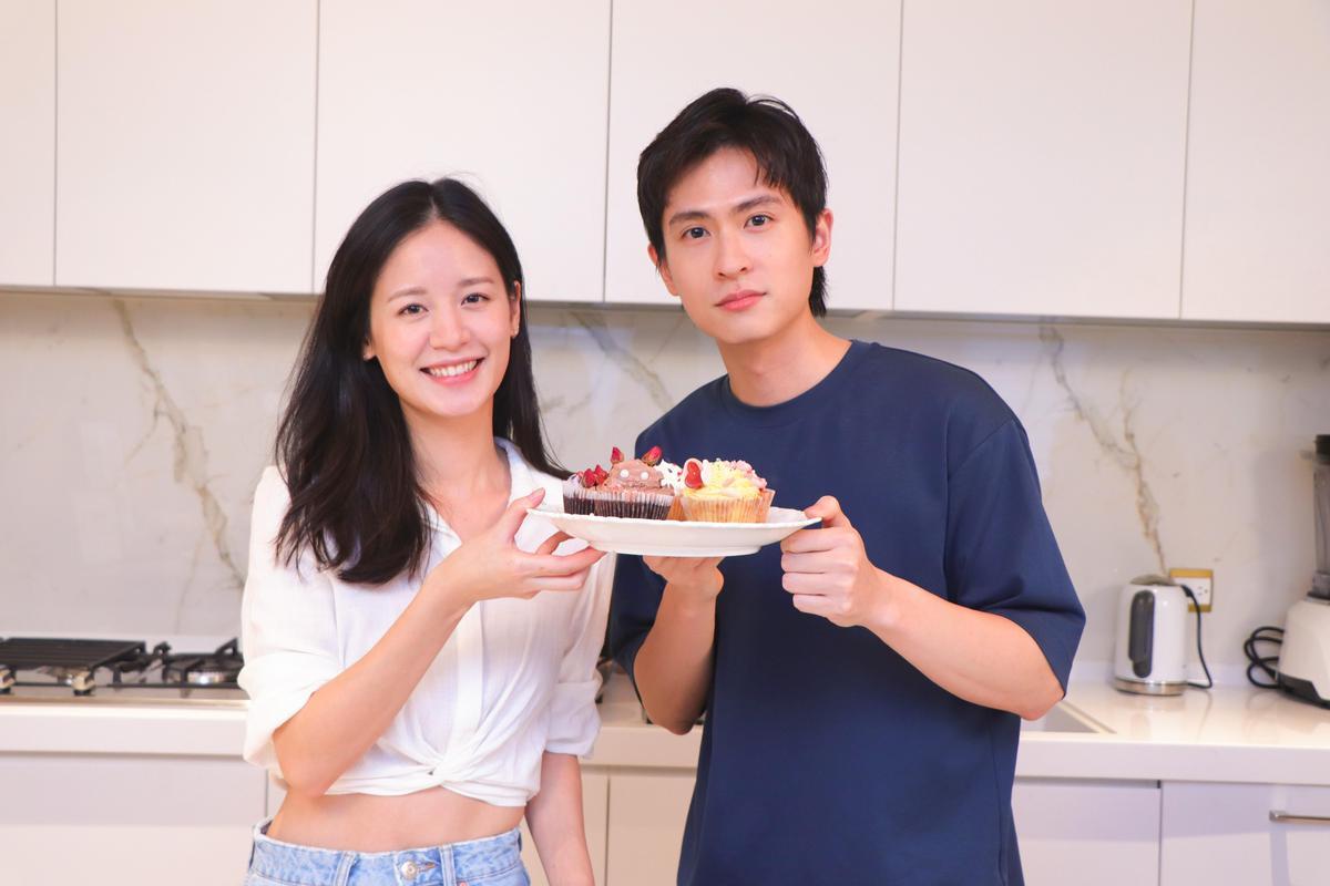 袁子芸(左)有底子做起蛋糕有模有样,石知田(右)就被笑只剩一张嘴。 (祖与占影像制作提供)