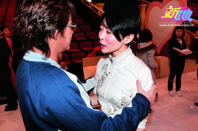 汤盈盈醉驾出事后,出席《欢乐满东华》活动,获谭咏麟上前慰问。