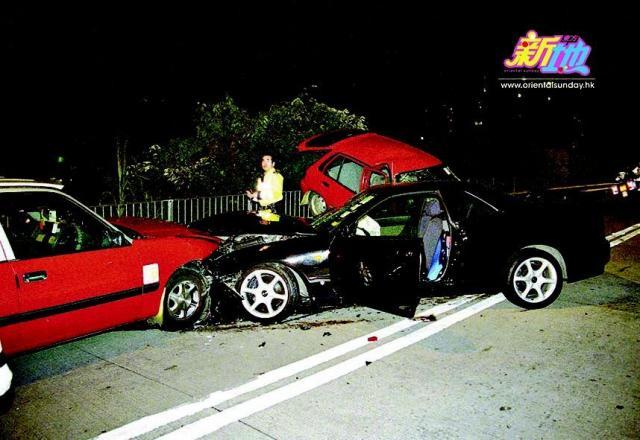 飞鹅山道车祸罗嘉良私家车炒至车头变形。