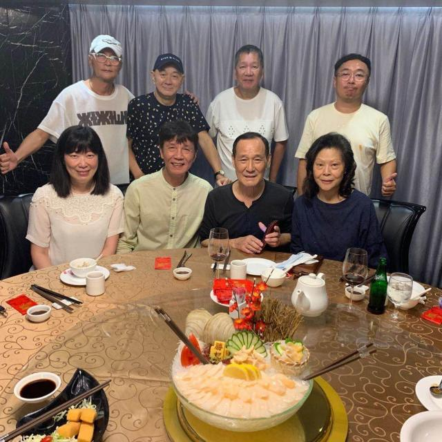 陈惠敏与老伴吴国英与张嘉年(太保)等朋友饭娶。 (陈映谕Facebook图片)